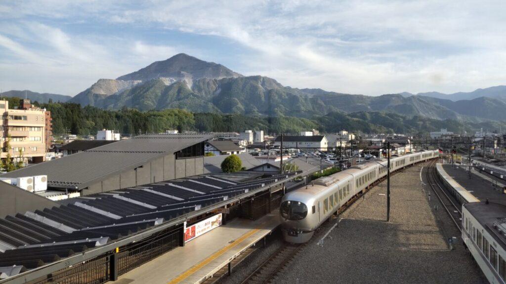 西武秩父駅の跨線橋から眺める武甲山