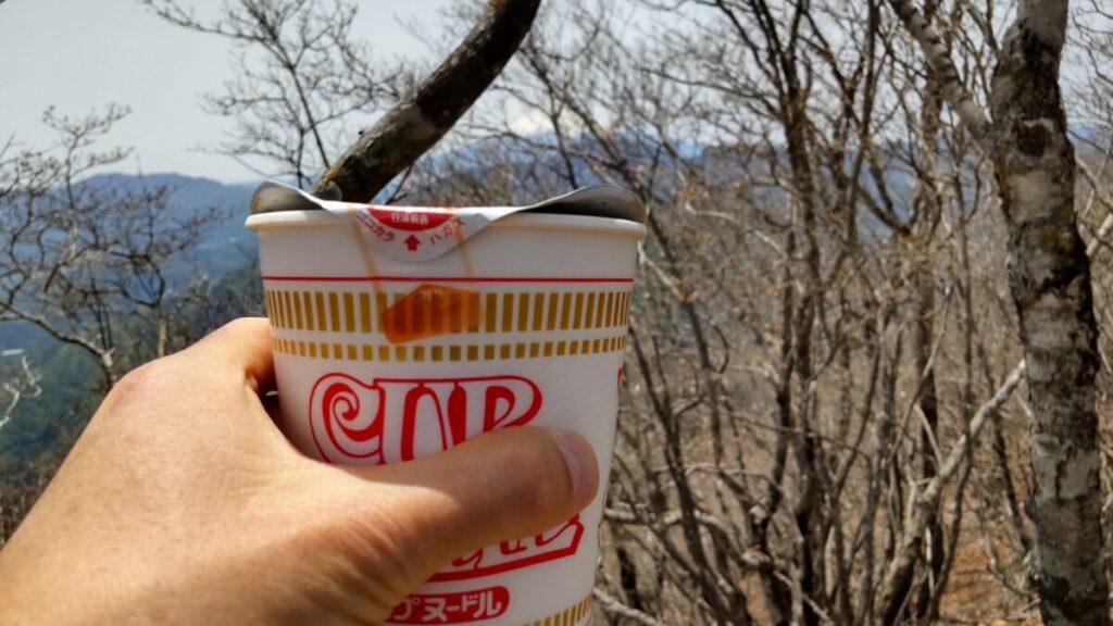 滝子山山頂でカップヌードルのランチ