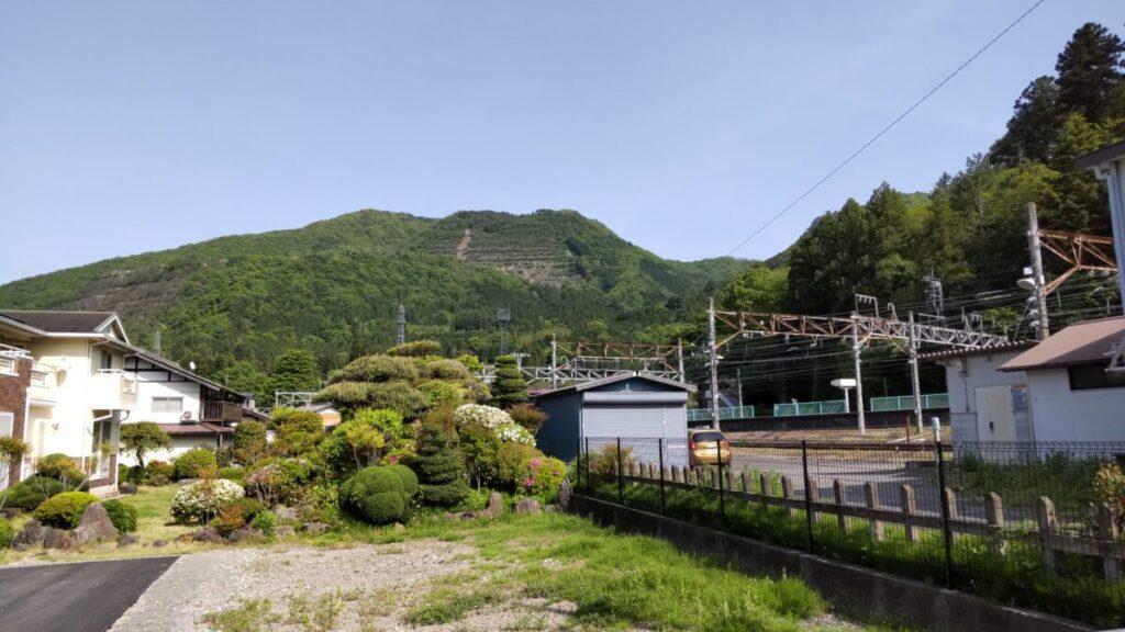 初狩駅のすぐ横にある高川山