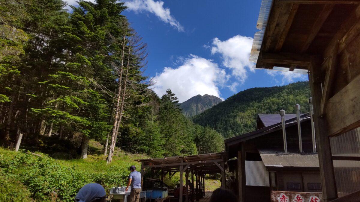 赤岳鉱泉の先に見える赤岳