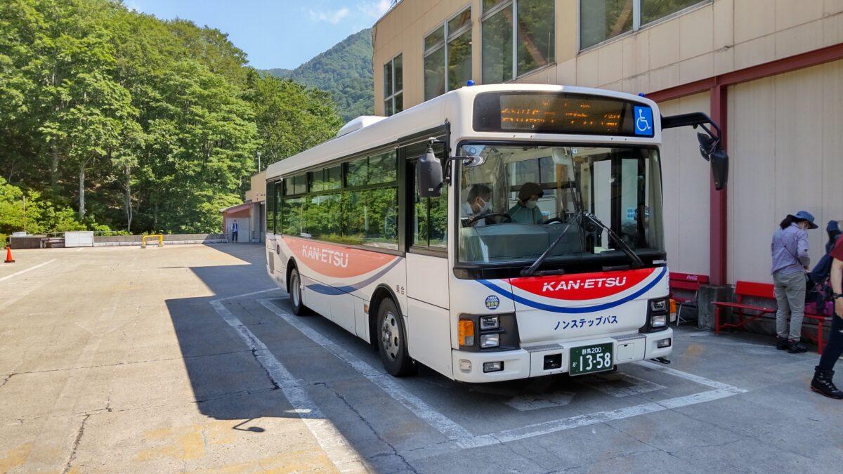 谷川岳ロープウェイ土合口駅に到着した関越交通バス