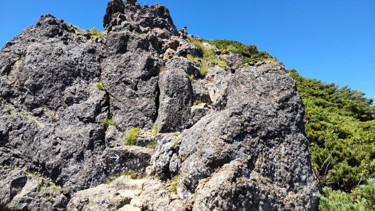 赤岳山頂直下の岩場