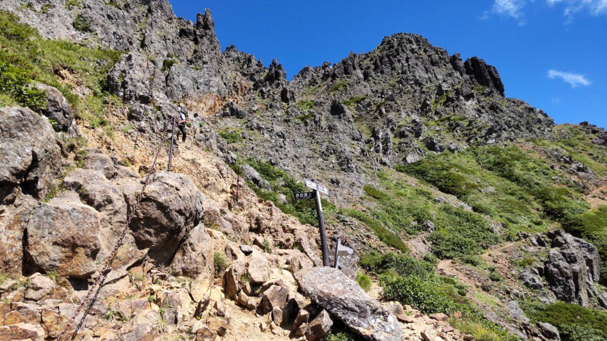 赤岳山頂近くの岩場