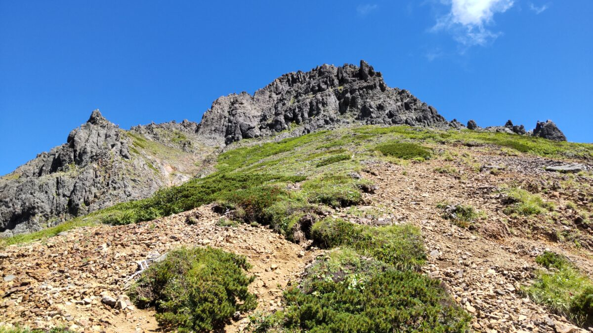 ゴツゴツした赤岳の山頂