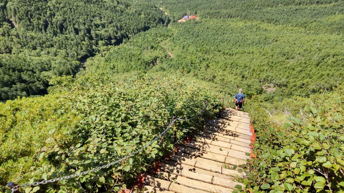 文三郎尾根の急な階段