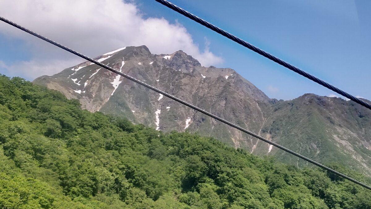 谷川岳ロープウェイの中から眺める谷川岳