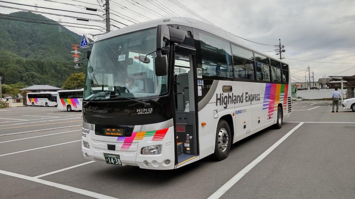 新島々駅に到着したアルピコ交通の路線バス