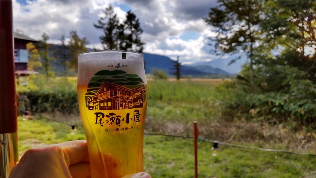 尾瀬小屋のテラスで飲むビール