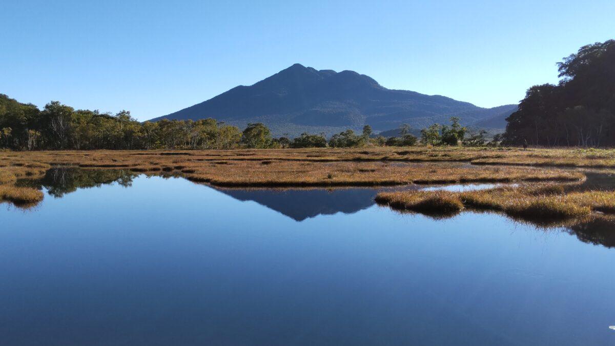 尾瀬ヶ原の池塘に写る「逆さ燧」