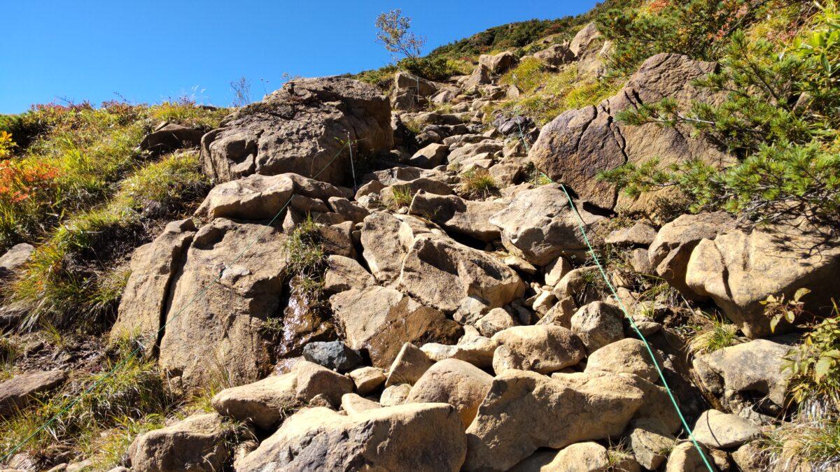 山ノ鼻ルートはひたすら急な岩場が続きます