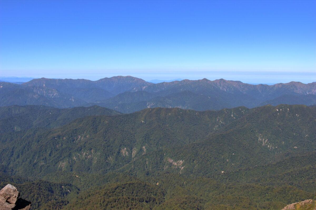 至仏山山頂から眺める巻機山