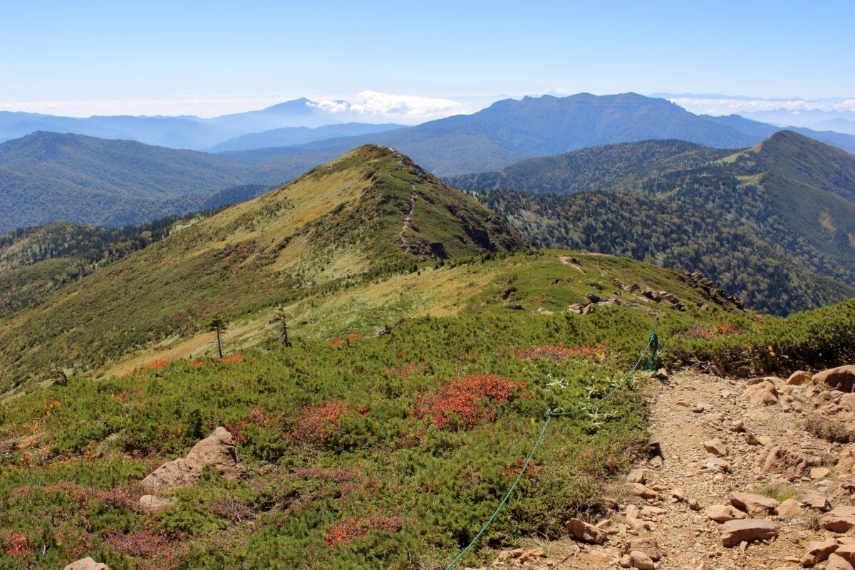 稜線から眺める小至仏山