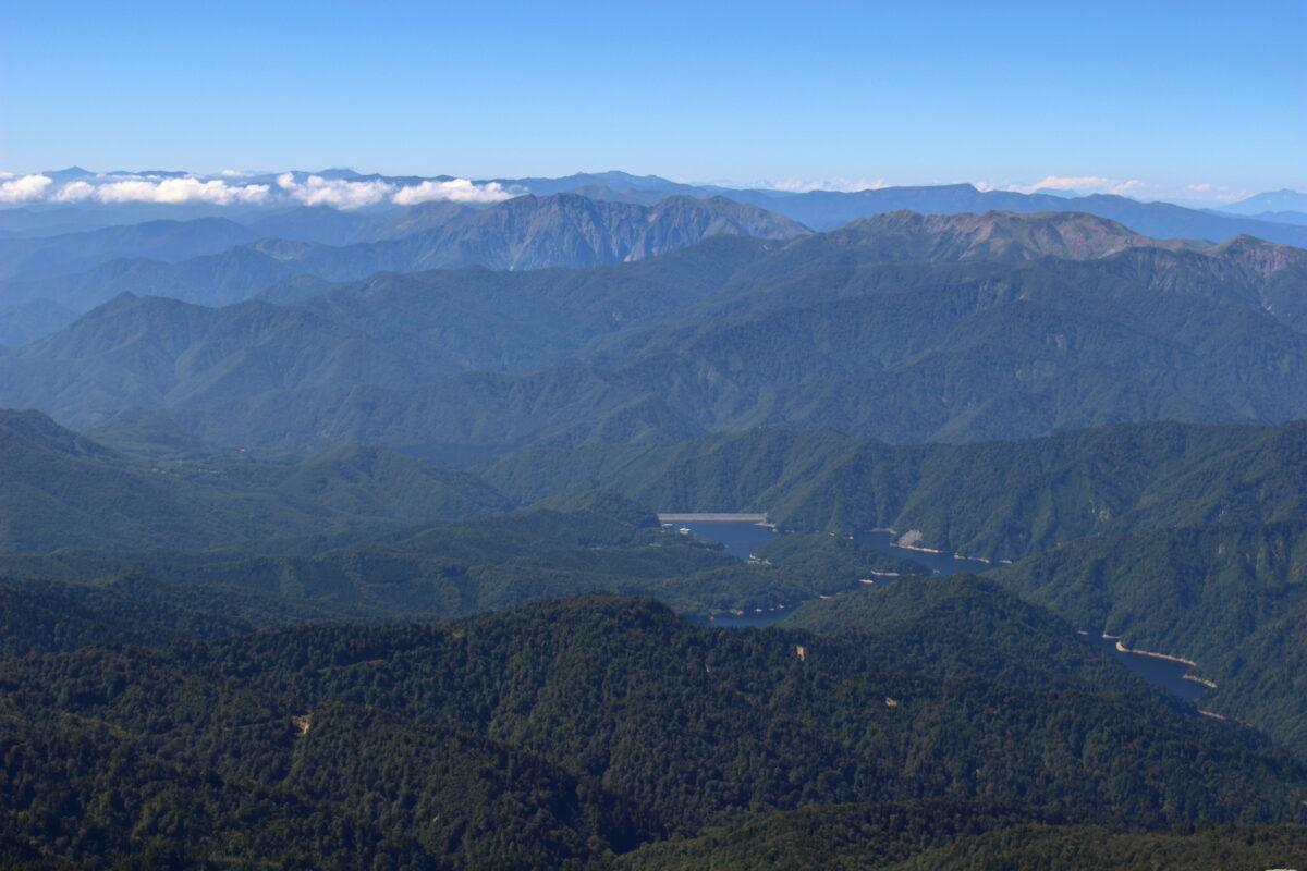 小至仏山への稜線からの奈良俣ダムと谷川連峰