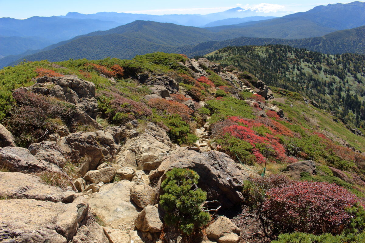 小至仏山山頂からの岩が多い道