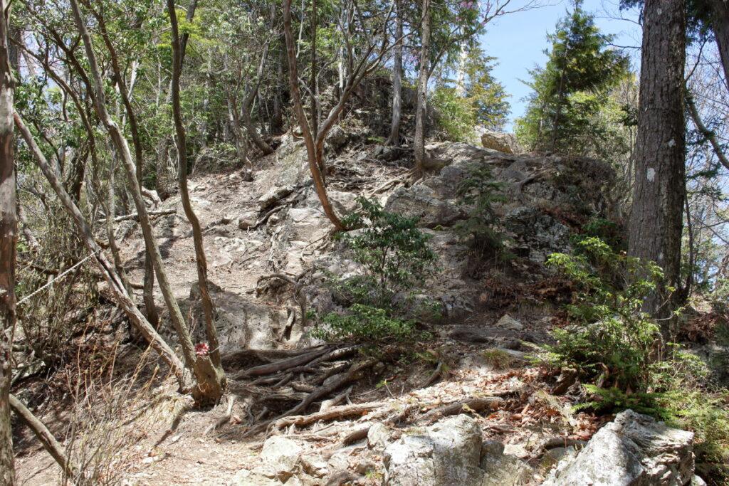 大持山から小持山への尾根道の岩場