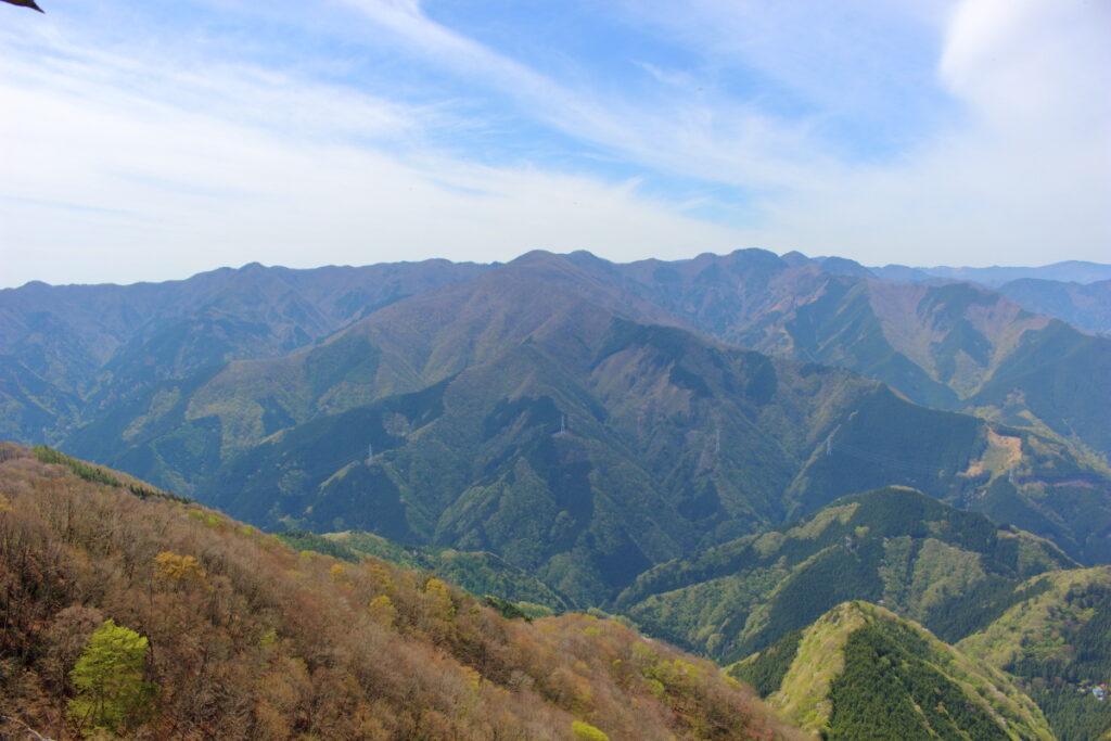 大持山から小持山への尾根道にある絶景ポイントからの眺望