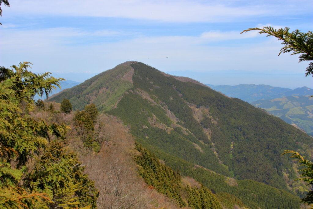 尾根道から眺める武甲山