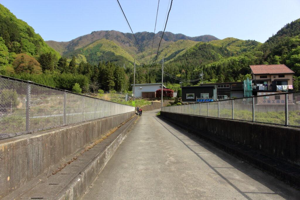 中央道の陸橋の上から眺める滝子山