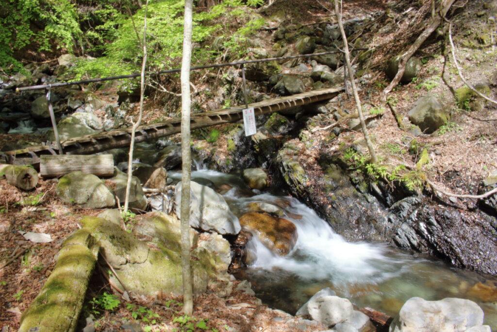 すみ沢を渡る木の橋