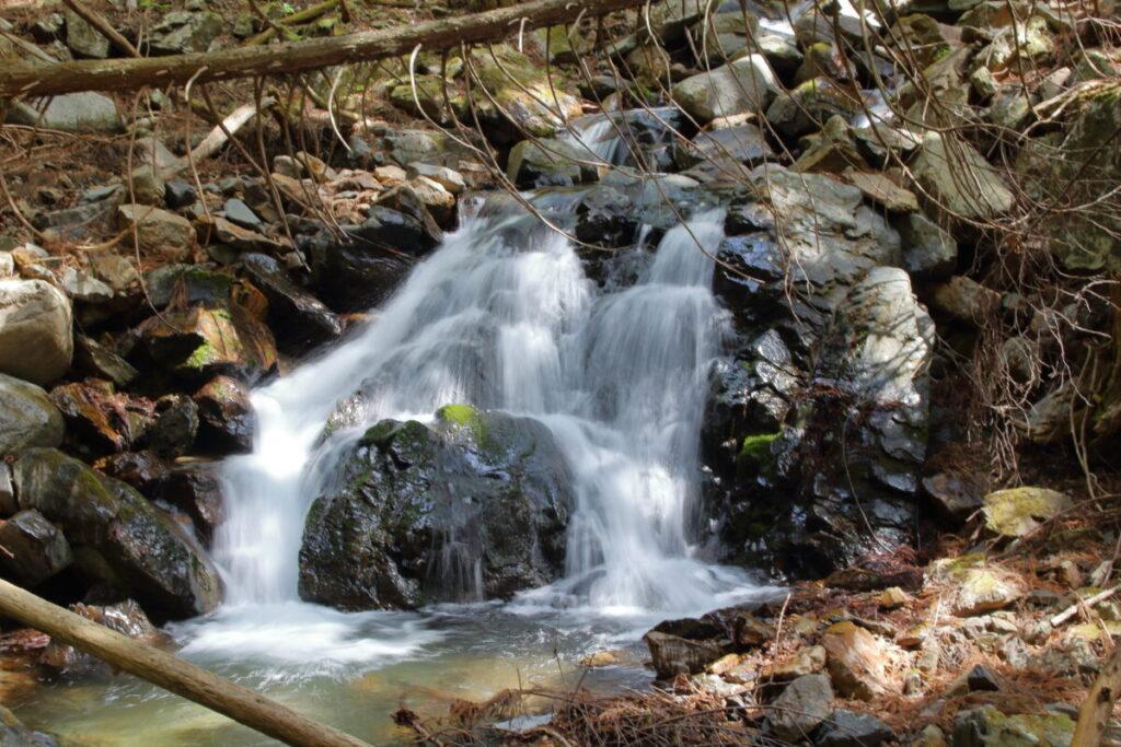 小さな滝が連続するすみ沢