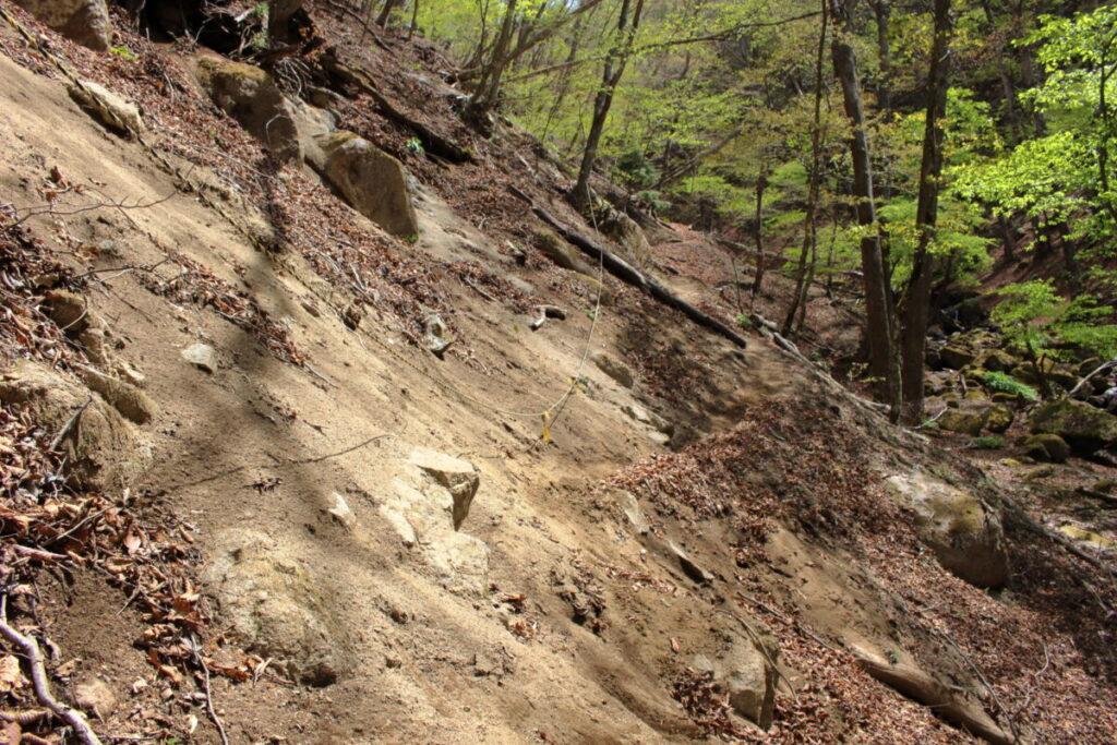 砂地の急斜面をトラバース