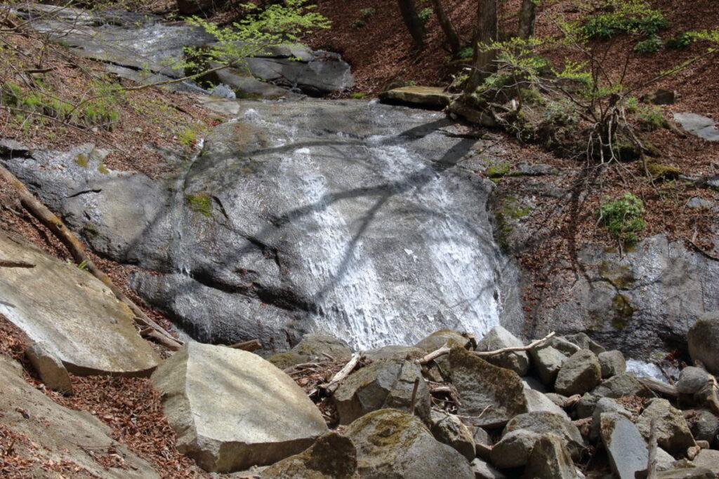 一枚岩の上を流れ落ちる沢