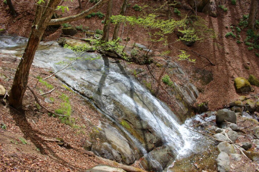 一枚岩を流れ落ちる沢の水(横から)