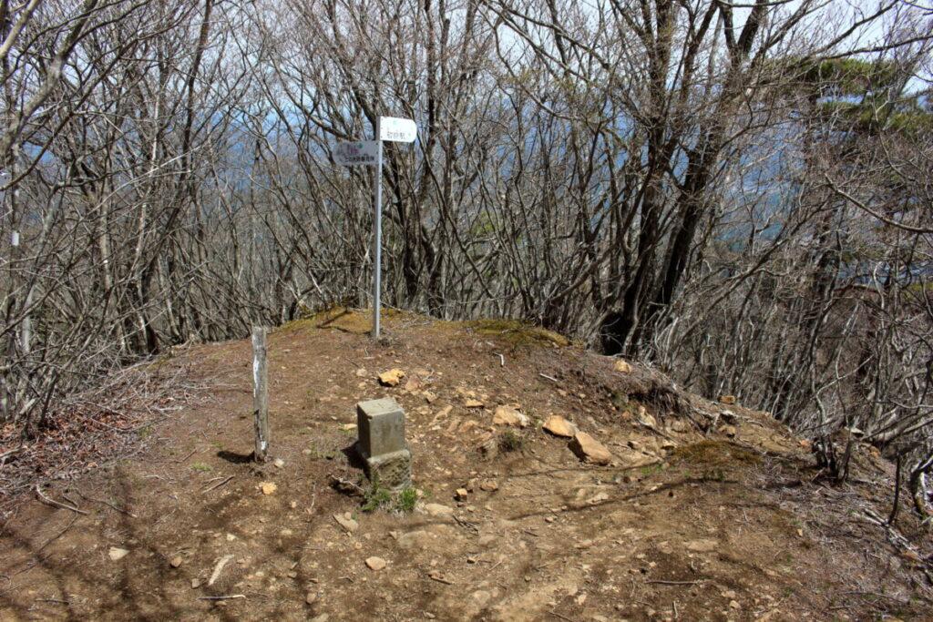 三角点がある滝子山の東峰