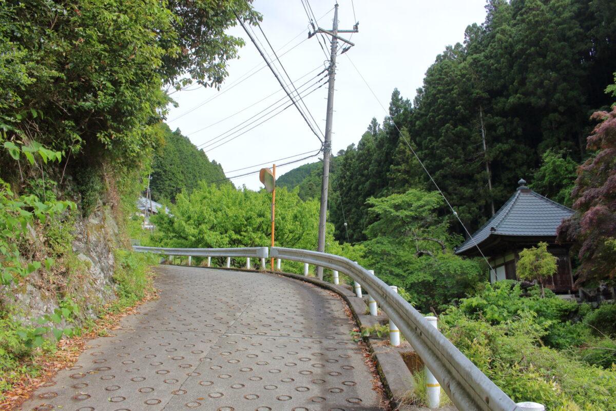 高源寺横の急な車道