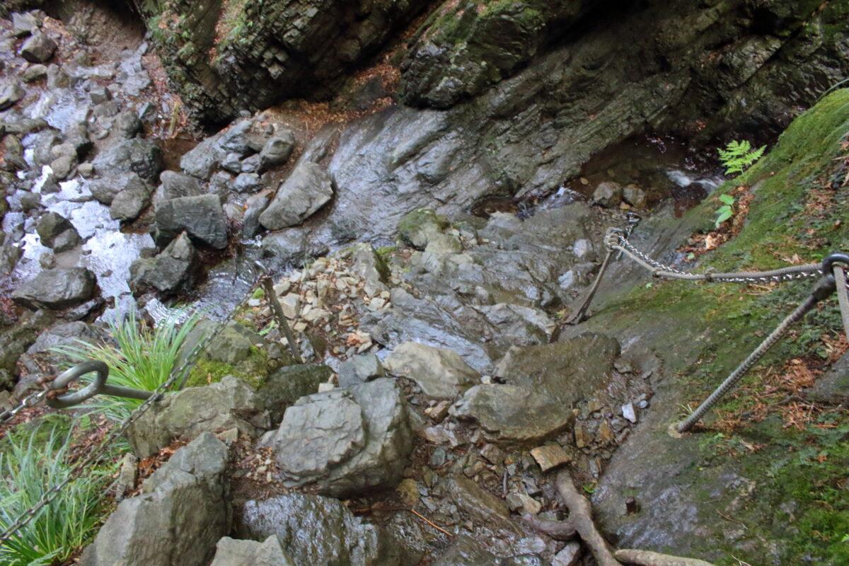 白谷沢沿いの岩場