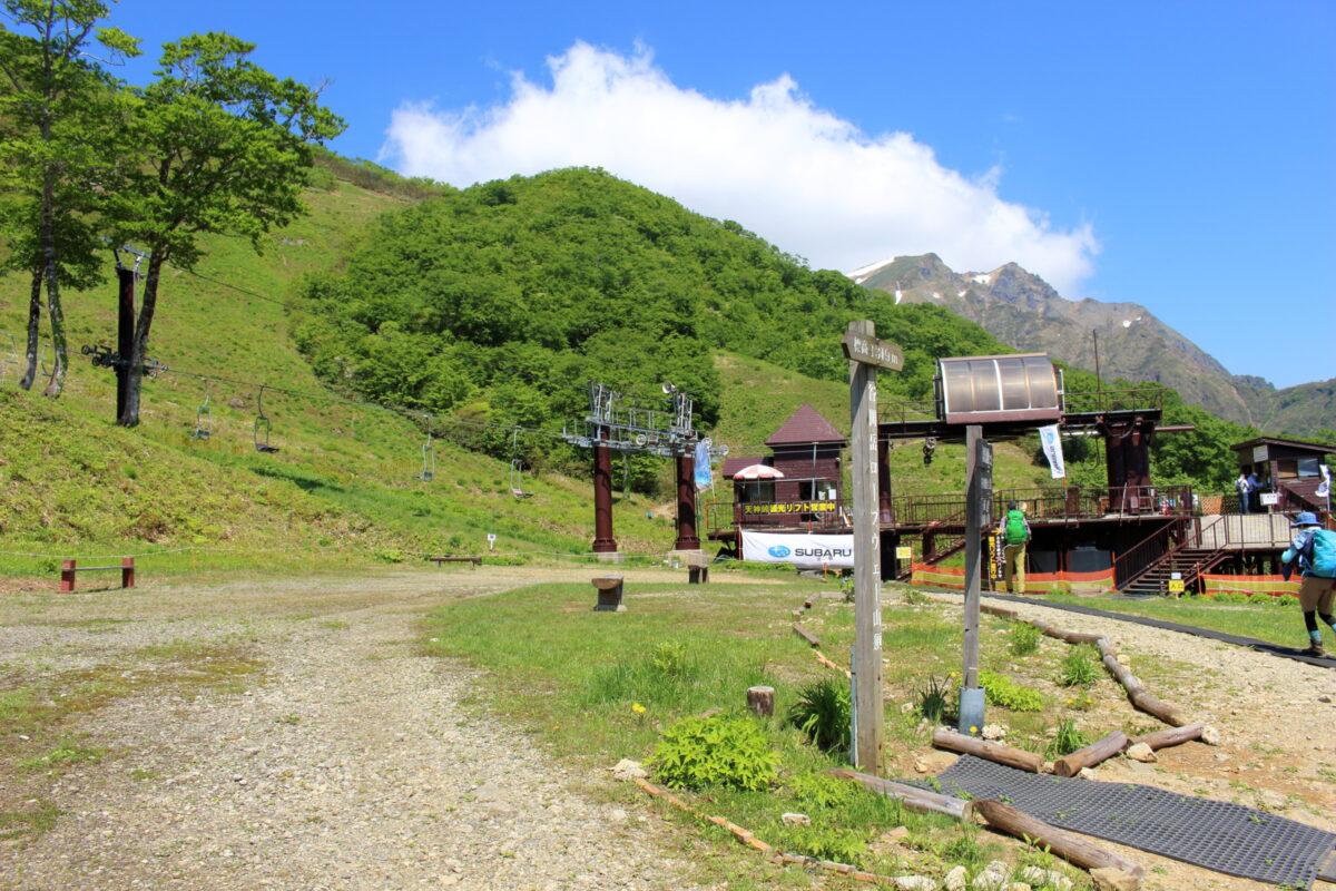 天神峠へ向かう観光リフトと谷川岳