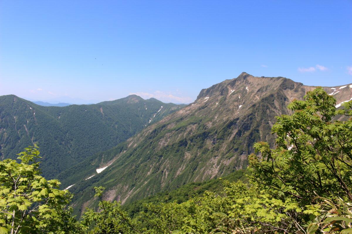 天神尾根から眺める谷川連峰の稜線