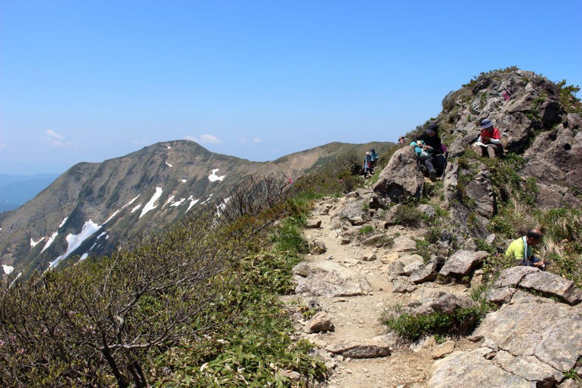 オキノ耳直下で休む大勢の登山者