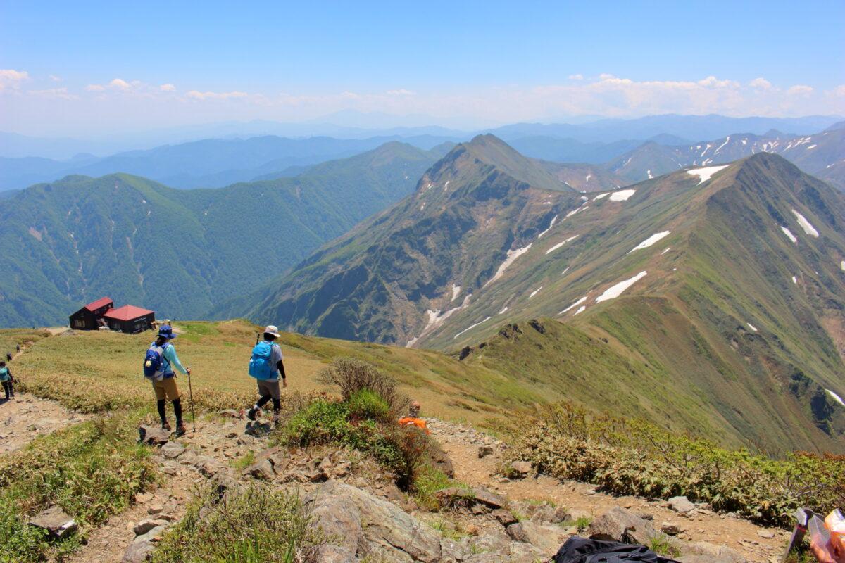 トマノ耳から眺める肩ノ小屋と谷川連峰主脈