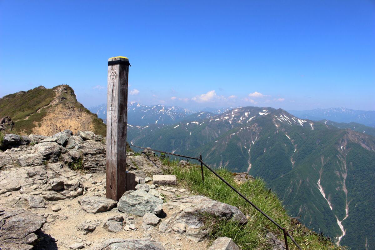トマノ耳から眺めるオキノ耳と越後の山並み