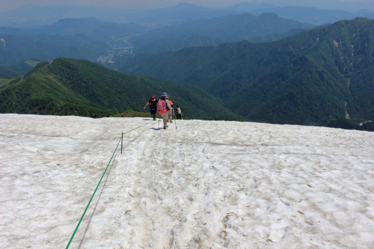 肩ノ小屋直下の雪渓