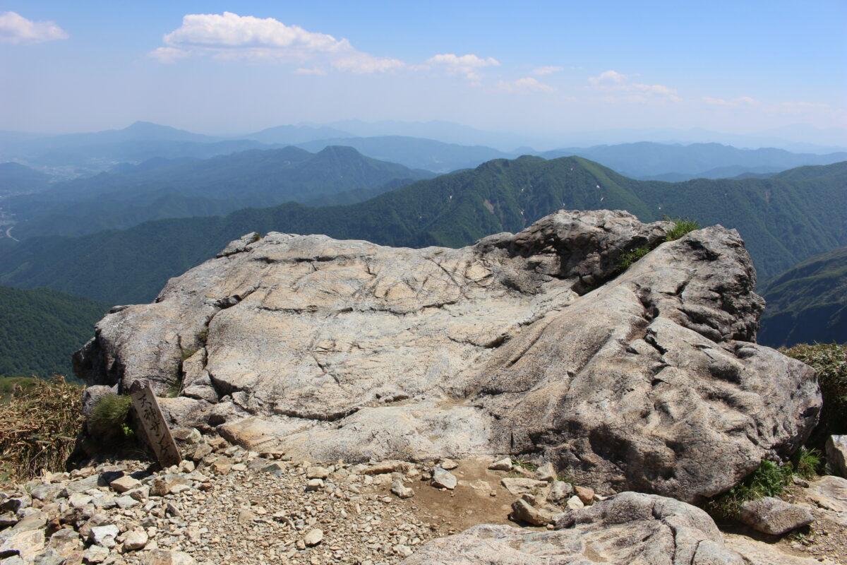 大きな一枚岩「天神ザンゲ岩」