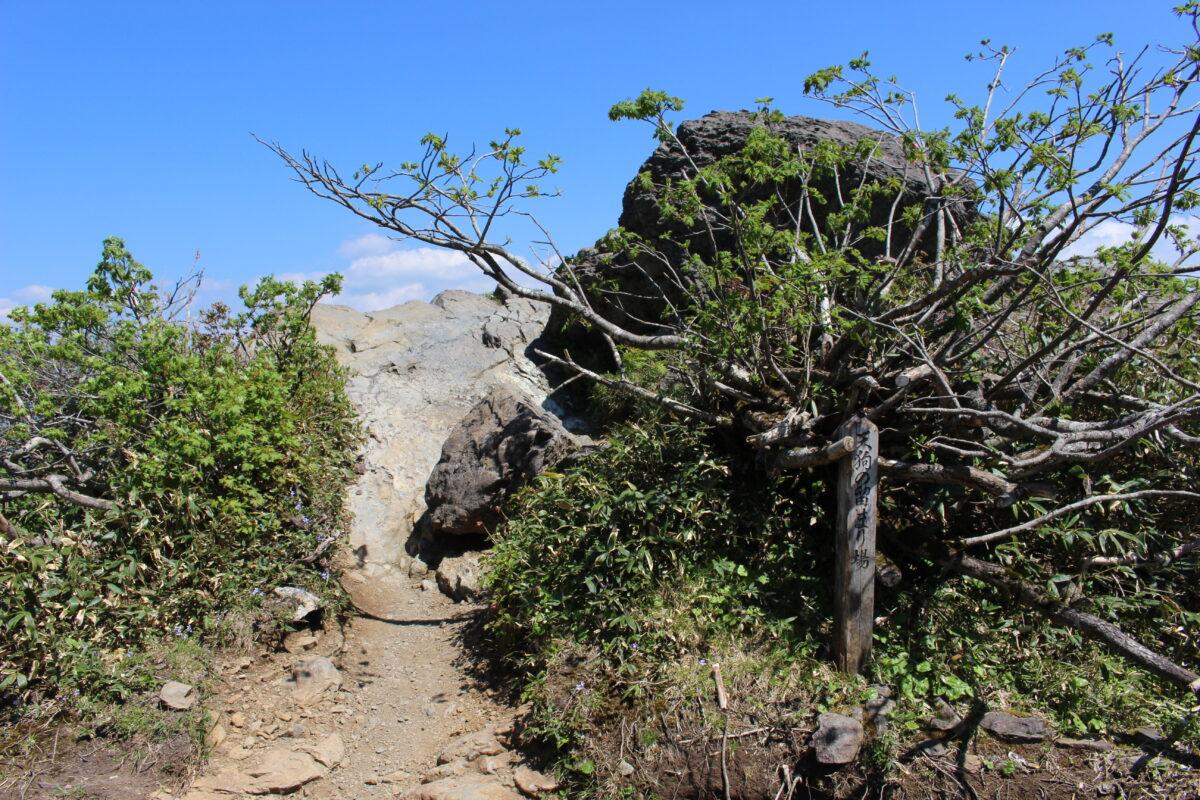 大きな岩がある「天狗の留まり場」