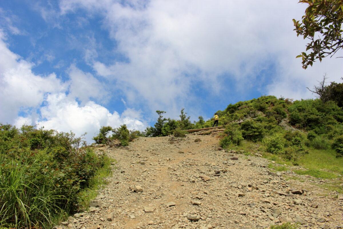 花立山荘上のザレた道