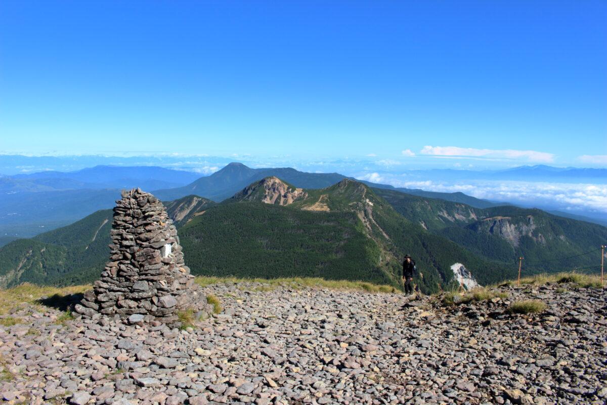 硫黄岳山頂から北八ヶ岳の山々を望む