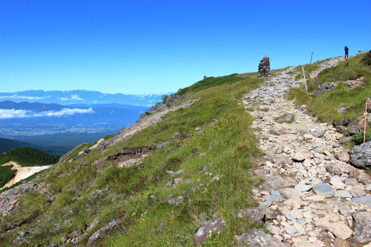 硫黄岳の稜線とケルン