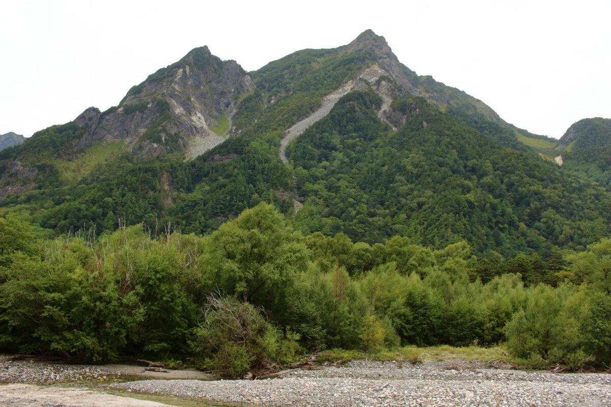 梓川の対岸にそびえる明神岳