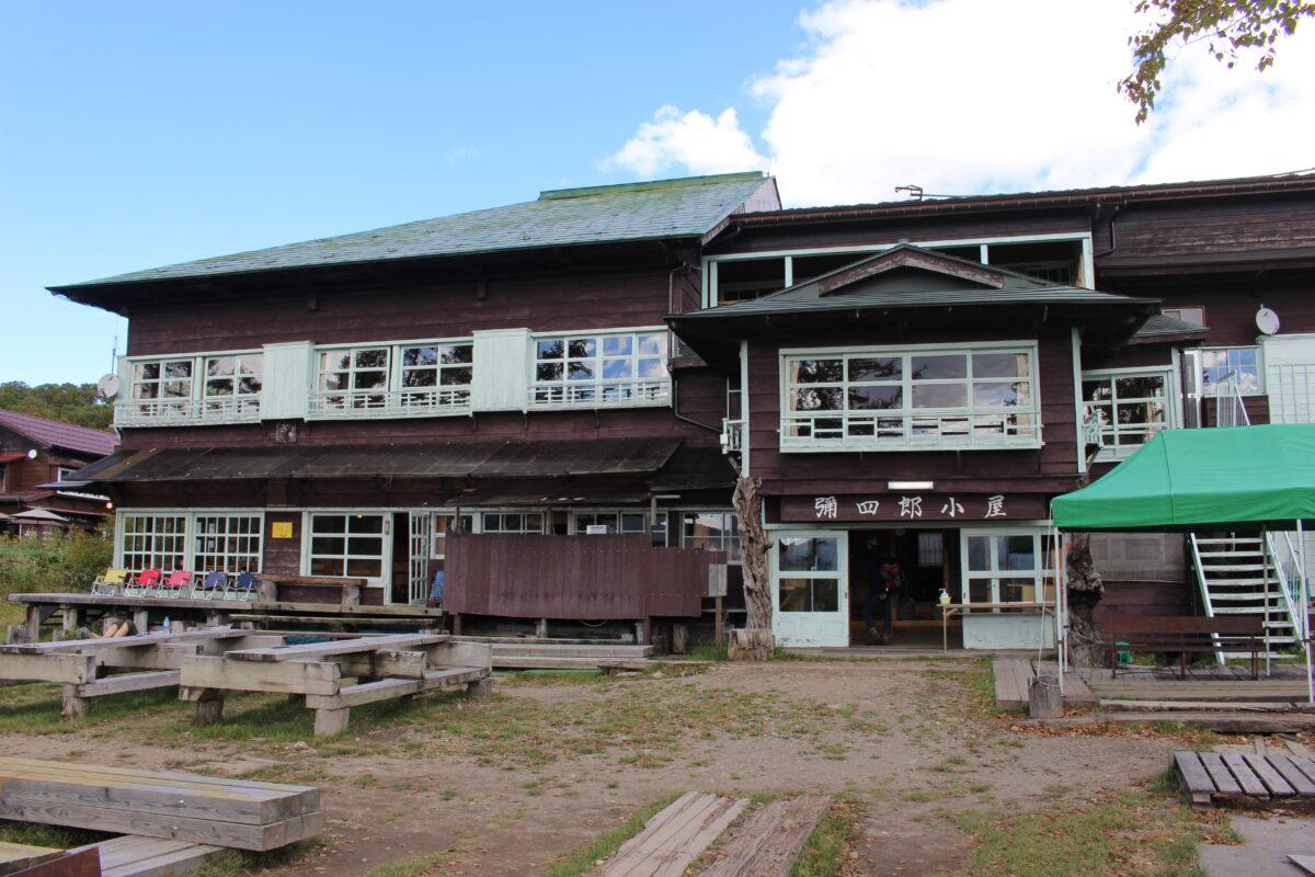 尾瀬ヶ原の入口に建つ「弥四郎小屋」