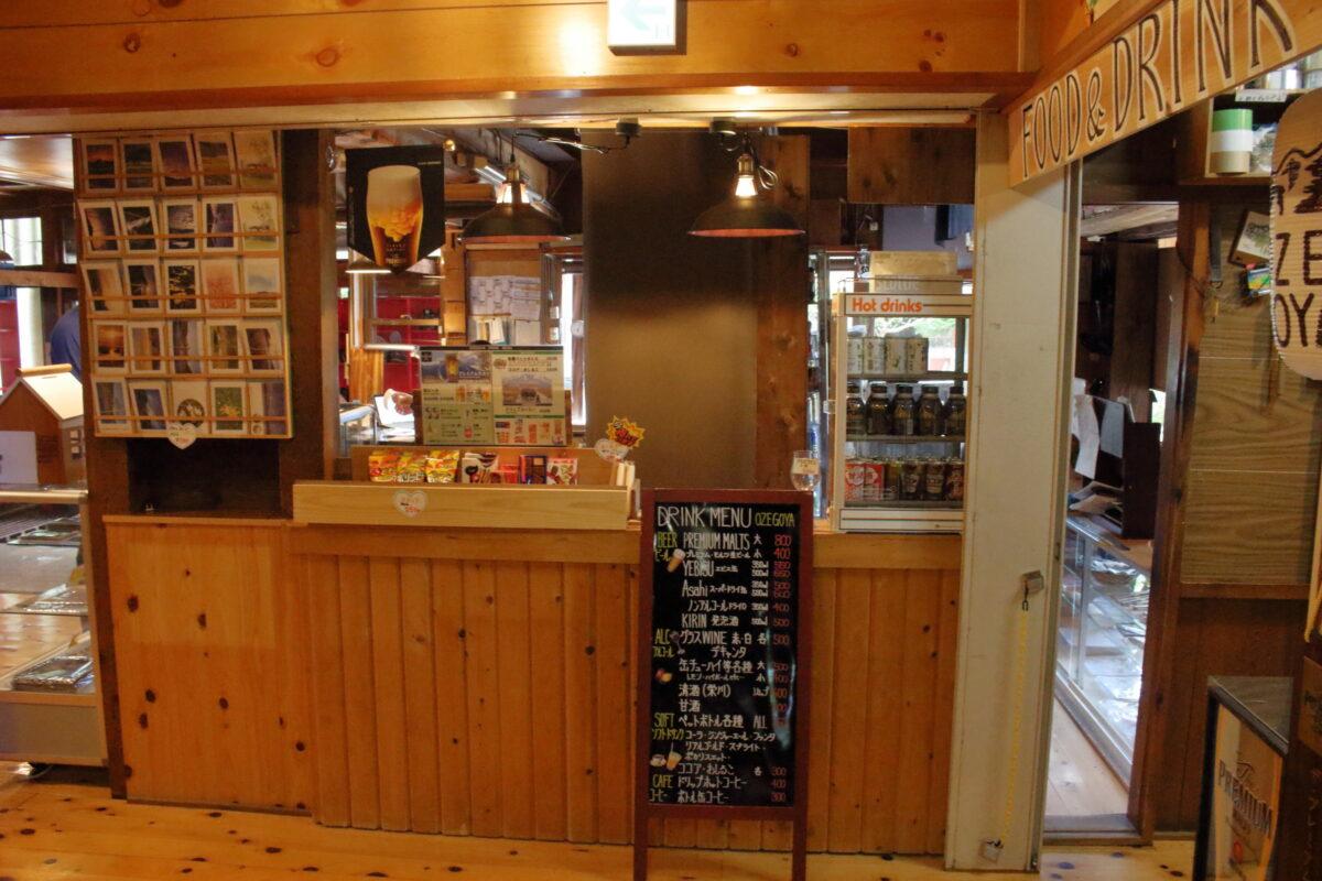 尾瀬小屋内のカフェのカウンター