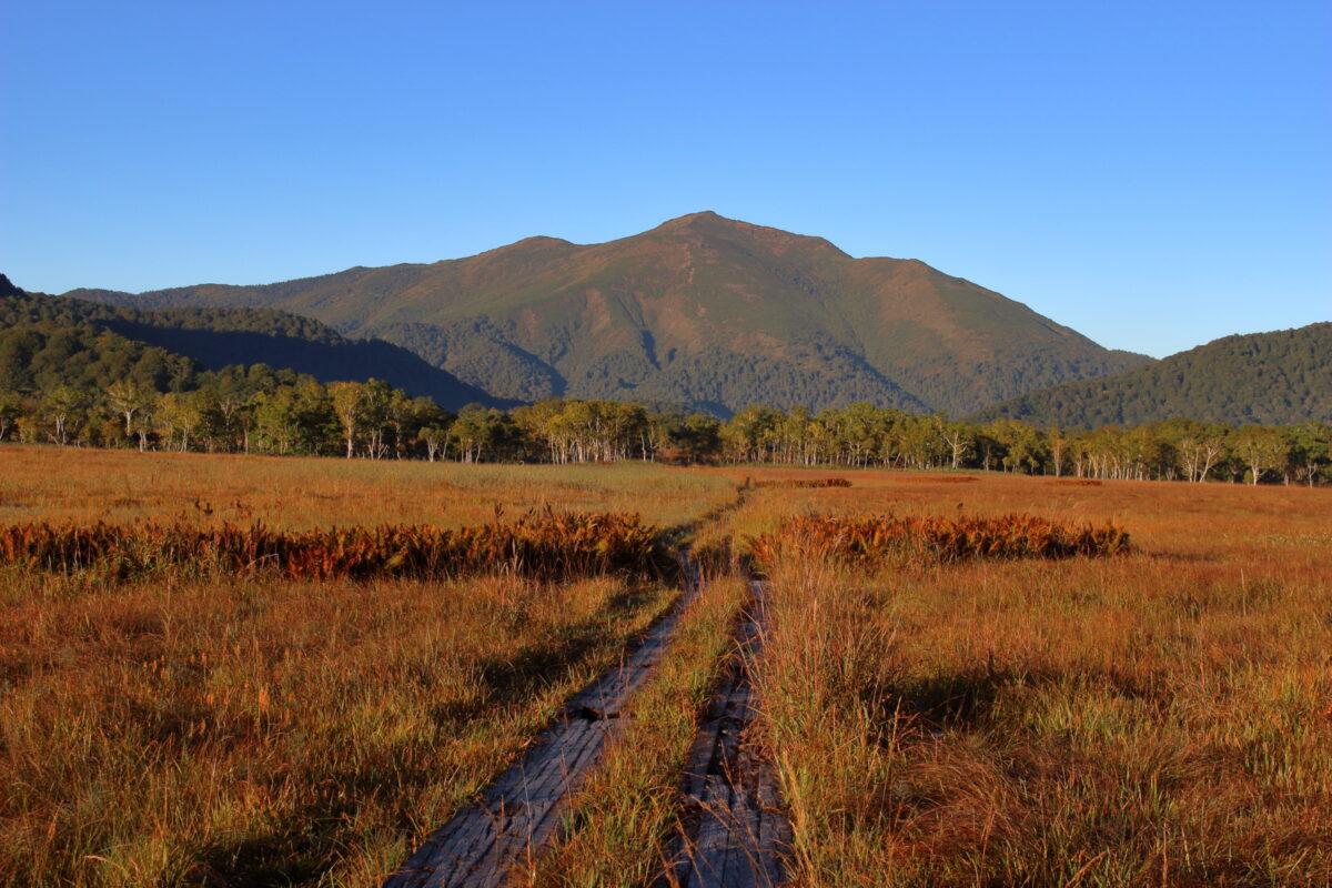 朝日を浴びて輝く至仏山と尾瀬ヶ原